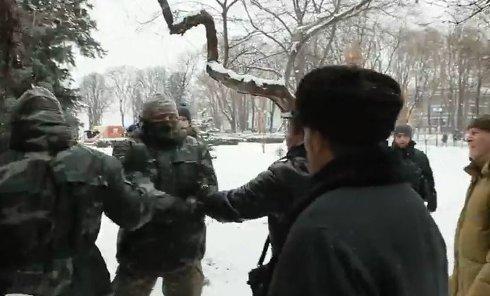 Столкновения митингующих и бойцов добровольческих батальонов в Киеве. Видео