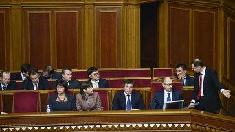 Премьер-министр Арсений Яценюк (третий справа) в ложе правительства на заседании Верховной Рады