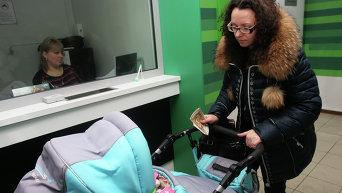 Женщина с ребенком в банке
