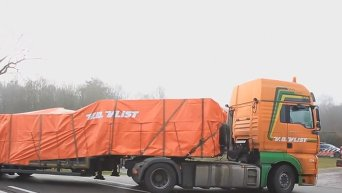 Первая часть обломков Boeing 777 доставлена на базу ВВС Нидерландов. Видео