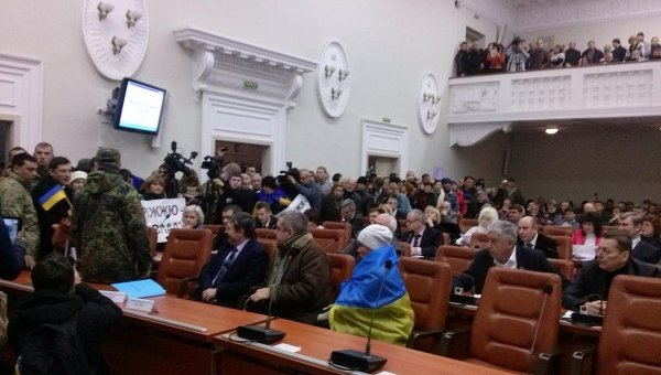 Митингующие в зале запорожского горсовета