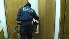 Работник милиции с собакой