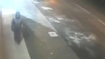 Камера зафиксировала, как женщина оставила бомбу у одесского офиса. Видео