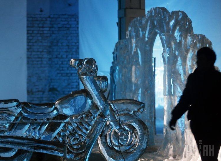 Фигура на выставке Замороженные сны во время фестиваля ледяных и снежных скульптур в Киеве