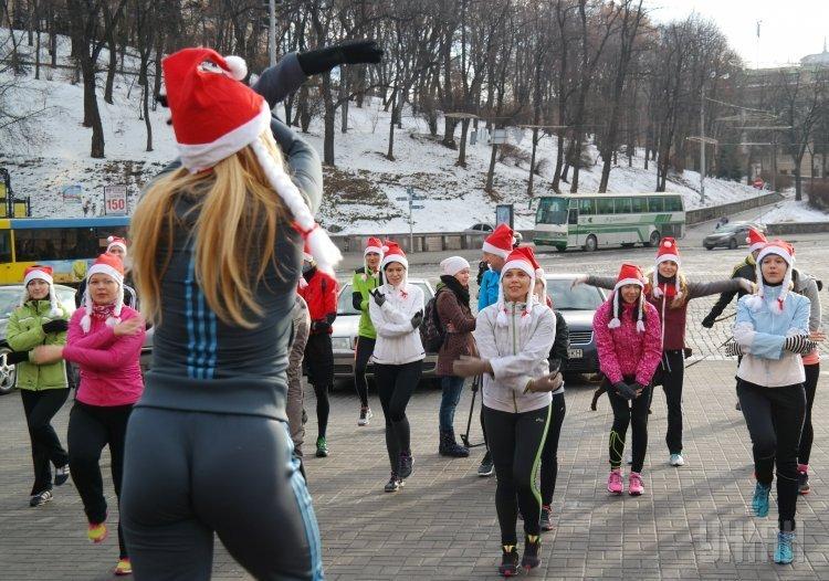 Забег в новогодних костюмах и колпаках в Киеве