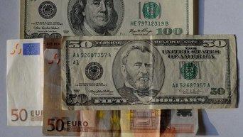 Доллары и евро. Архивное фото