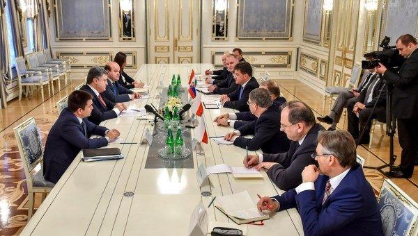 Петр Порошенко во время встречи с главами МИД Вышеградской четверки