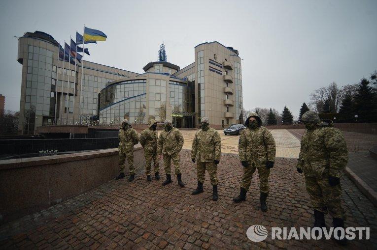 Военные у здания ФФУ