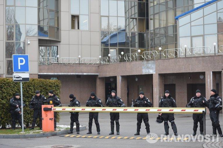 Сотрудники правоохранительных органов у здания ФФУ