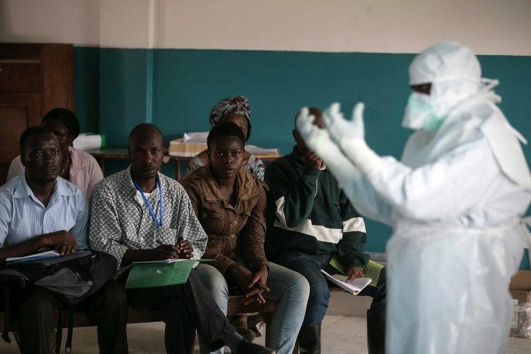 Медработник рассказывает о средствах защиты от Эболы в одном из городов Сьерра-Леоне