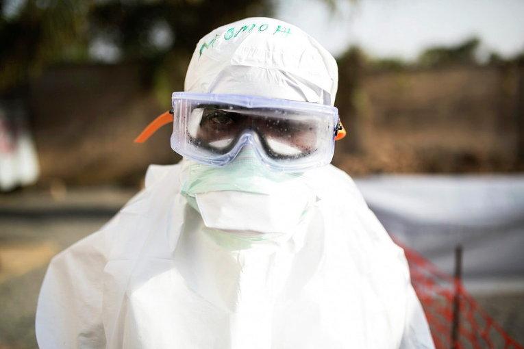 Медработник в защитной одежде в одном из городов Сьерра-Леоне