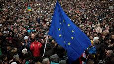 Флаг Евросоюза на Майдане Незалежности в Киеве