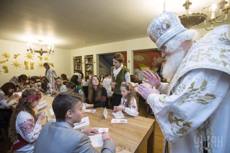 Марина Порошенко и Святой Николай помогали детям собрать сундук для бойцов АТО