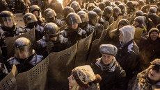 Сторонники евроинтеграции Украины и сотрудники правоохранительных органов на улице Грушевского в Киеве. Архивное фото