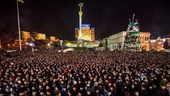 Сторонники оппозиции во время Народного вече на площади Незалежности в Киеве