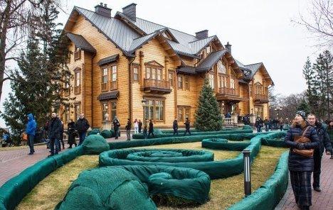 Люди гуляют по территории оставленной резиденции Виктора Януковича Межигорье под Киевом.