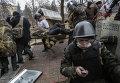 Сторонники оппозиции несут раненного во время столкновений на улице Институтской в Киеве.Архивное фото