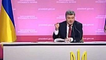 Петр Порошенко подписывает закон об отмене внеблоковости Украины