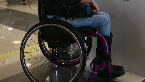 Девушка на ивалидной коляске. Архивное фото