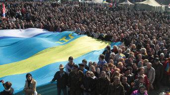 Участники народного вече в Киеве, посвященного единству страны из-за крымских событий.