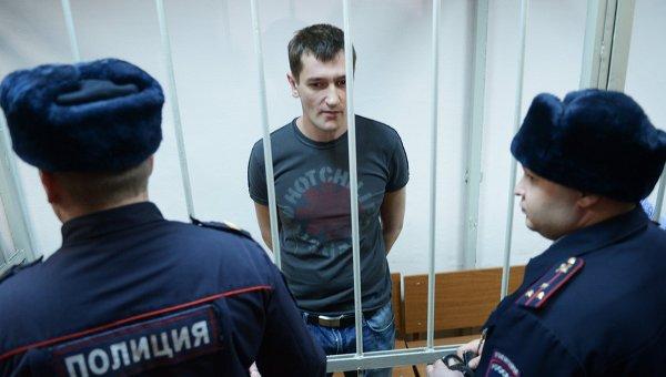 Оглашение приговора братьям Навальным - Олег Навальный (в центре)