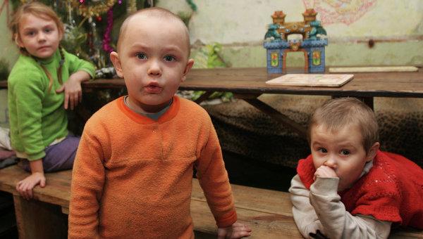 Жители Донецка, потерявшие свое жилье, в бомбоубежище
