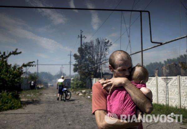 Местные жители в станице Луганская, подвергшейся авиационному удару.