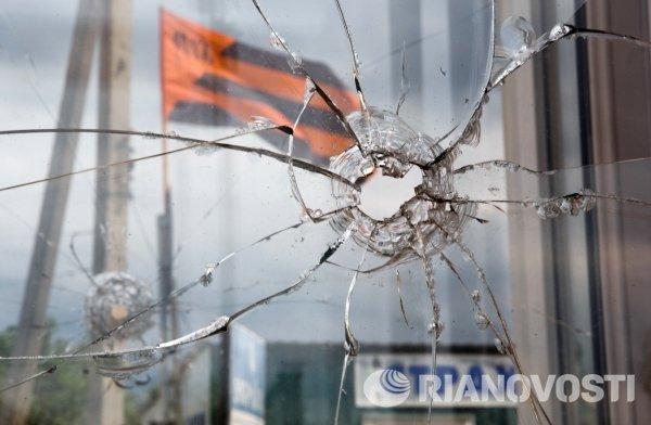 След от пули на окне пограничного пункта пропуска Изварино в Луганской области.