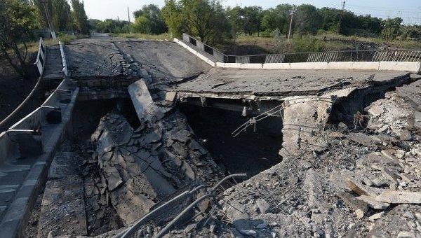 Разрушенный мост в Донбассе. Архивное фото
