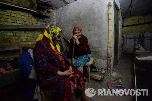 Жители Шахтерска в подвале жилого дома во время артиллерийского обстрела