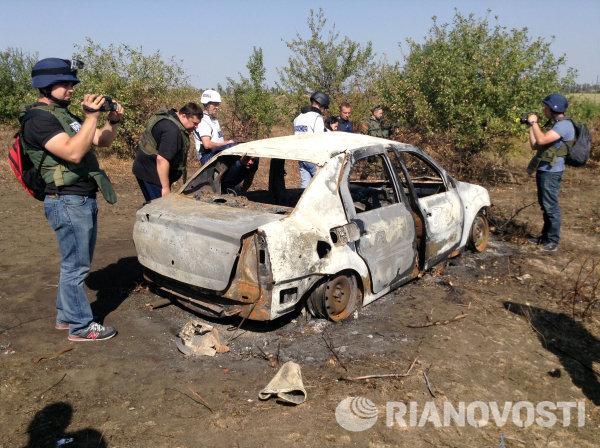 Сгоревший автомобиль на месте гибели фотокорреспондента МИА Россия сегодня Андрея Стенина