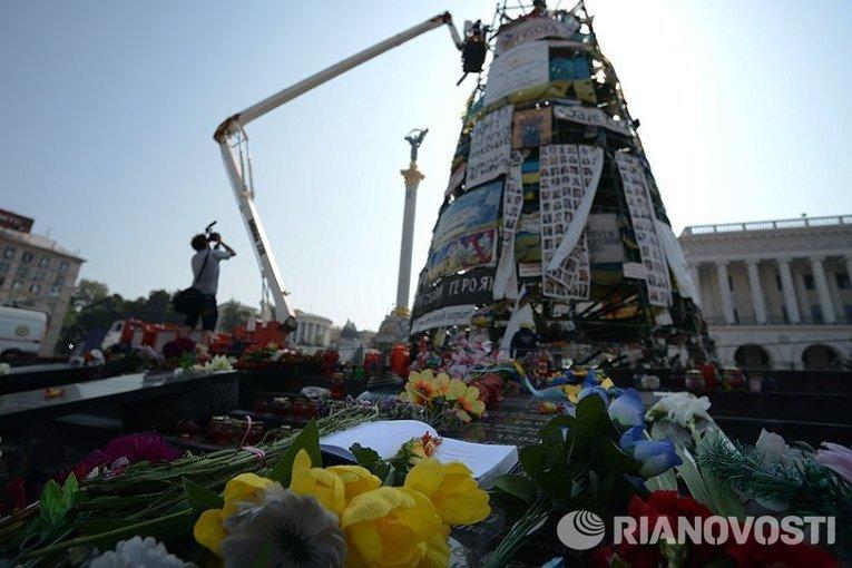 На Майдане убрали елку