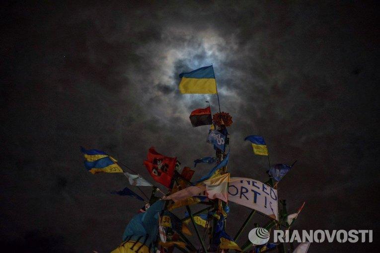 Новогодняя елка на Майдане в Киеве во время евромайдана. Декабрь 2013 г