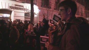 Парижане вышли на улицы поддержать семьи пострадавших в теракте. Видео