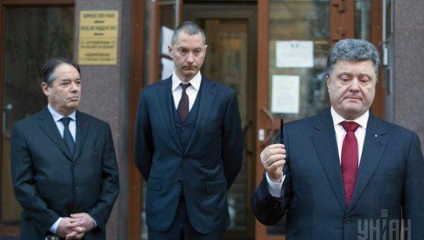 Петр Порошенко почтил жертв терактов во Франции