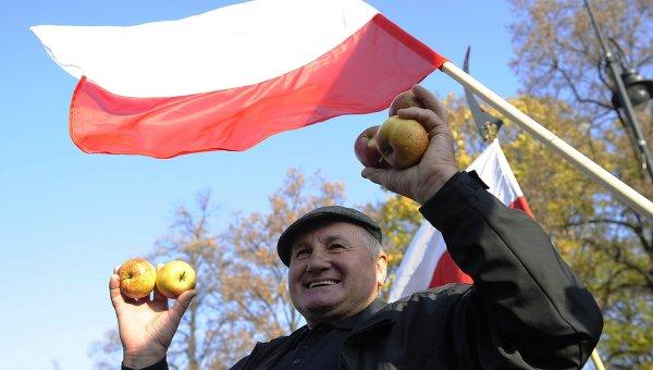 Мужчина под флагом Польши. Архивное фото