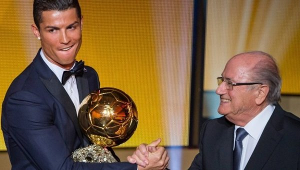 Криштиану Роналду и президент ФИФА Йозеф Блаттер. Архивное фото