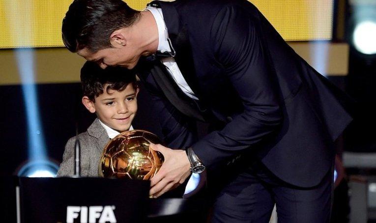 Криштиану Роналду с сыном на церемонии вручения Золотого мяча