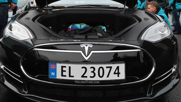 Автомобиль марки Tesla S. Архивное фото