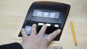 Сканирование отпечатков пальцев для оформления биометрического загранпаспорта Украины