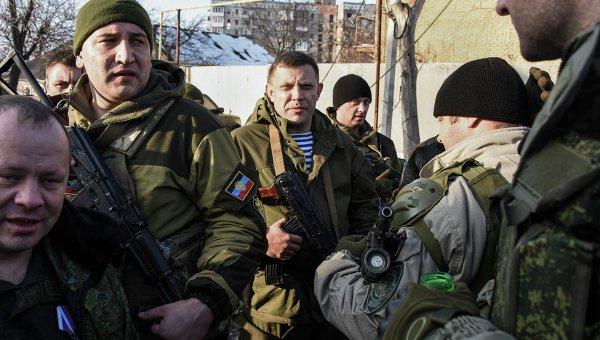 Александр Захарченко и ополченцы близ донецкого аэропорта. Архивное фото