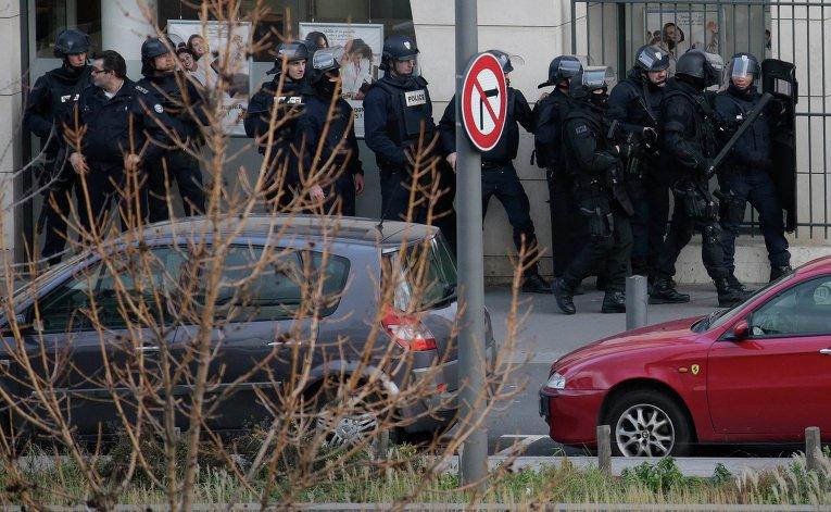 Захват заложников на почте в предместье Парижа Коломб