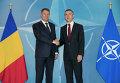 Президент Румынии Клаус Йоханес  и генсек НАТО Йенс Столтенберг