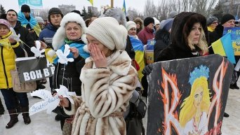 Участники митинга в память о погибших во время конфликта на востоке Украины в Мариуполе