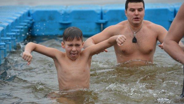 НаКрещение украинцы массово ныряют впрорубь иделятся фото в социальных сетях