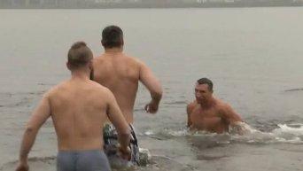 Братья Кличко купаются в Днепре на Крещение