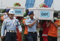 Доставка тел погибших при крушении самолета AirAsia в Сурабаю