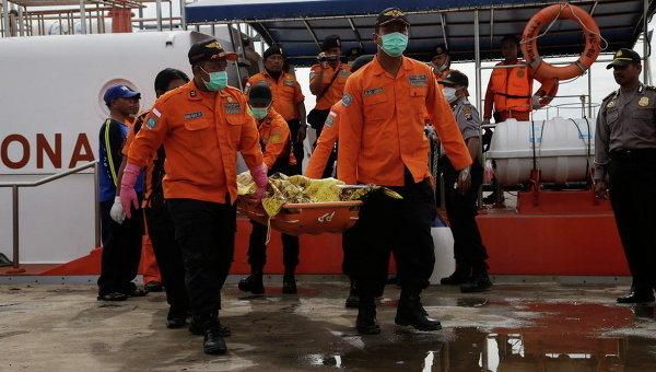 Члены операции по поиску обломков самолета AirAsia в порту Кумай в Индонезии