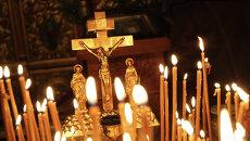Распятие и свечи в православной церкви