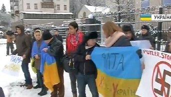 Пикет под посольством России в Киеве